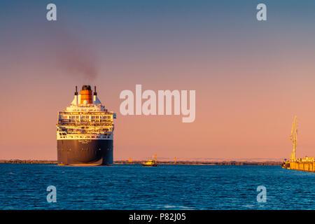 Adelaide, Australie - 16 Février 2018: Cunard RMS Queen Mary 2 avec personnes à bord pour une croisière au départ de l'avant-port, Port Adelaide Banque D'Images