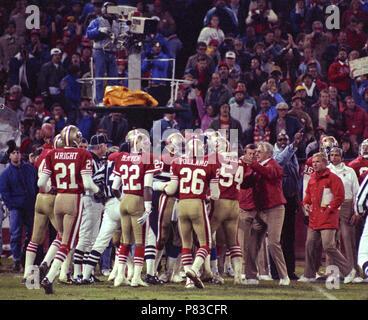 San Francisco, Californie, USA. 27 Nov, 1989. San Francisco 49ers vs New York Giants à Candlestick Park Lundi 27 novembre 1989. 49ers géants battre 34-24. 49er célébration de l'équipe avec l'entraîneur. Crédit: Al Golub/ZUMA/Alamy Fil Live News Banque D'Images