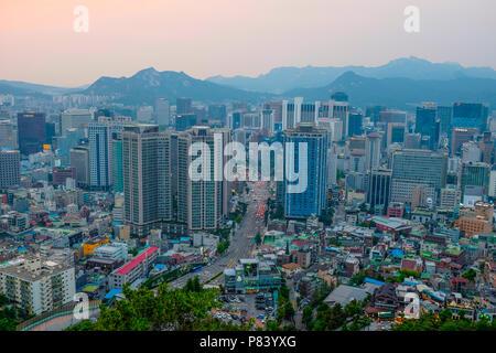 Vue sur Séoul et sa skyline à partir de la Tour N de Séoul, le parc Namsan, Séoul, Corée du Sud. Banque D'Images