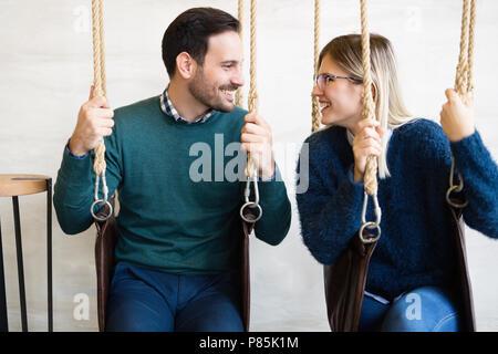 Jeune beau couple sur la date vous relaxant dans swing Banque D'Images