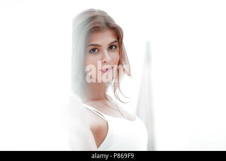 Belle jeune femme en débardeur blanc et un jean