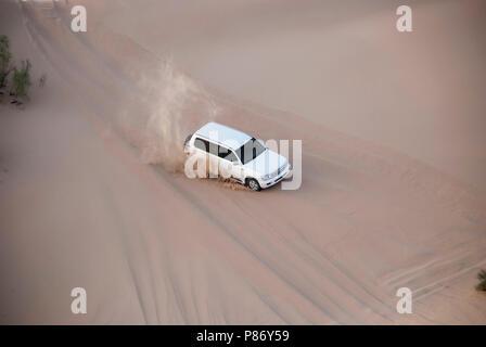 Luxurous SUW Blanc 4x4 sur desert safari sur les dunes en course exreme saoudite billet rallye sur sable en véhicule de sport Banque D'Images