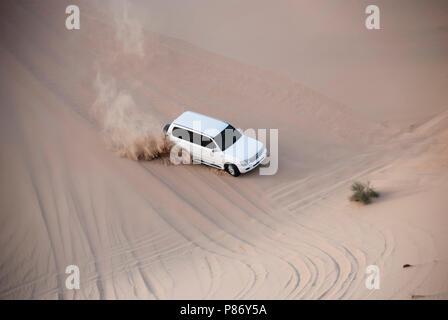Luxurous SUW Blanc 4x4 dérive sur desert safari sur les dunes en course exreme saoudite billet rallye sur sable en véhicule de sport Banque D'Images