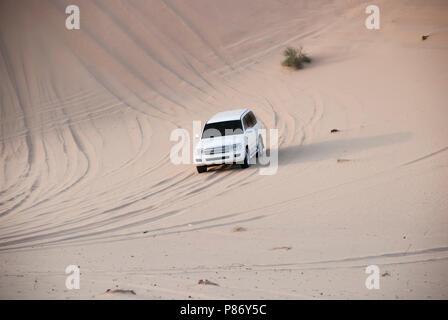 Luxurous SUW blanc toutes les roues motrices 4x4 sur desert safari sur les dunes en course exreme saoudite billet rallye sur sable en véhicule de sport Banque D'Images