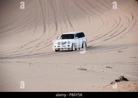 Luxurous SUW Blanc 4x4 sur desert safari sur les dunes en course exreme saoudite billet rallye sur du sable dans tous les roues motrices du véhicule de sport Banque D'Images