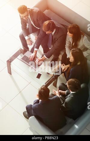 L'équipe d'affaires high fiving dans le bureau. Banque D'Images