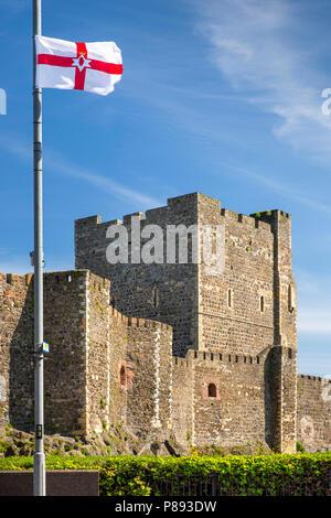 Royaume-uni, Irlande du Nord, Co Antrim, Carrickfergus, drapeau de l'Ulster battant à côté du château normand Banque D'Images