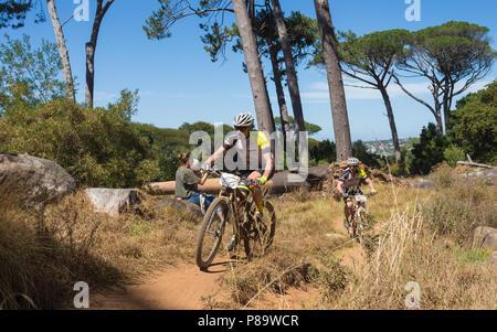 ATB MTB ou les cyclistes masculins participant à la Cape Epic 2018 course cycle tour sur les pentes de Table Mountain à Cape Town, Afrique du Sud Banque D'Images