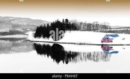 Vieille cabane de pêcheurs à la baie de l'Arctique en Norvège avec réflexion, Balsfjord, la Norvège. Banque D'Images