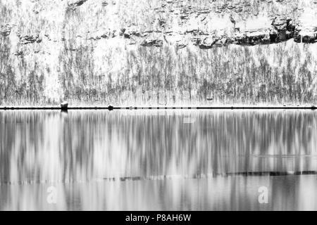 Résumé de la montagne neige dans la baie de l'Arctique pendant l'hiver, avec la réflexion dans l'eau, la Norvège, Balsfjord Banque D'Images