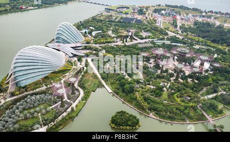 Gardens by the Bay Singapour Vue aérienne de jour. Forêt de Fleurs et dômes avec Supertrees. Banque D'Images