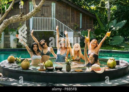 Belles jeunes femmes de s'amuser ensemble à pool party Banque D'Images