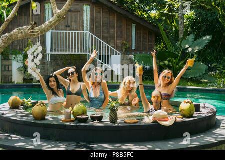 Heureux attrayant pour s'amuser ensemble à pool party Banque D'Images