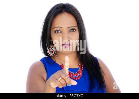 Femme indienne en colère, strict face portrait avec un doigt pointé sur fond blanc Banque D'Images