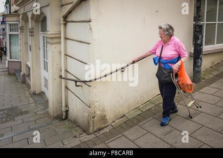 Main courante fixe afin d'aider les piétons circulant sur une colline escarpée à Bideford Devon England UK Banque D'Images