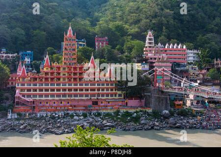 Vue de la rivière Ganga, Lakshman Jhula bridge et Tera Manzil Trimbakeshwar Temple, à Rishikesh Banque D'Images