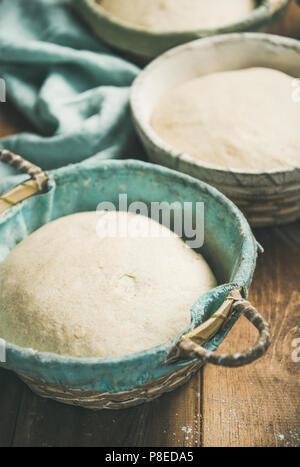 Pour la cuisson au levain farine de blé fait maison dans des paniers à pain