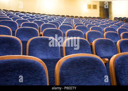 Sièges bleu dans un théâtre