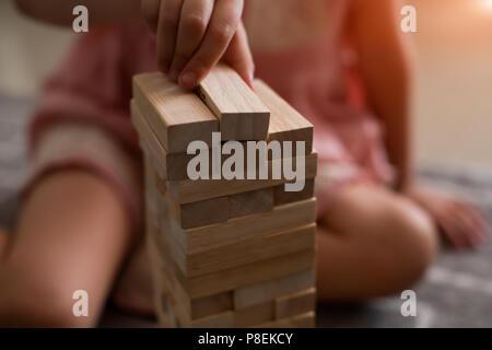 Au Coffee shop les mains sur la table puzzle plié. Jenga jouer sur la table en bois, tol, deux ou trois parties.