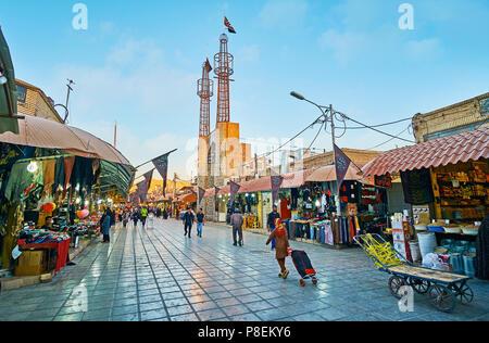 KERMAN, IRAN - 15 octobre 2017: La rue de Sortasari bazar avec une vue sur la Mosquée Azakhane avec de hauts minarets et scenic portail, vu derrière Banque D'Images