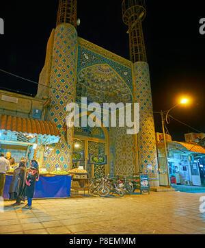 KERMAN, IRAN - le 16 octobre 2017: La soirée vue de l'entrée du portail-Azakhane Hosseiniyeh, entouré de boutiques de Bazar, Ghadamgah on Oct Banque D'Images