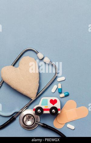 Antécédents médicaux. coeur sain concept avec stephoscope forme de coeur et d'ambulances Banque D'Images
