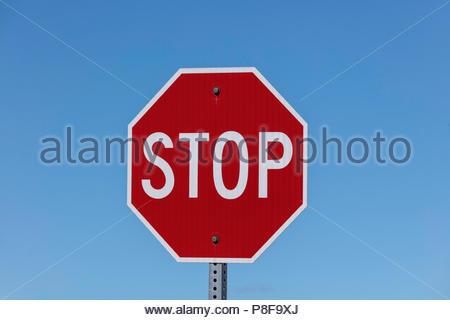 Panneau d'arrêt contre le ciel bleu en Ontario Canada Banque D'Images