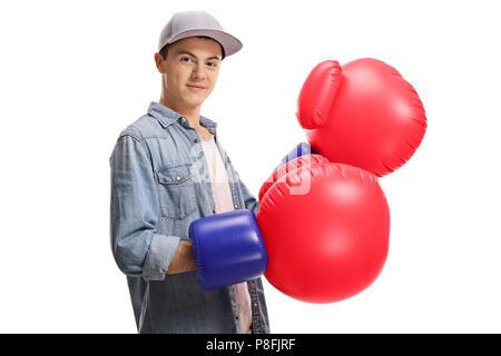 Adolescent avec une paire de gros gants de boxe isolé sur fond blanc Banque D'Images