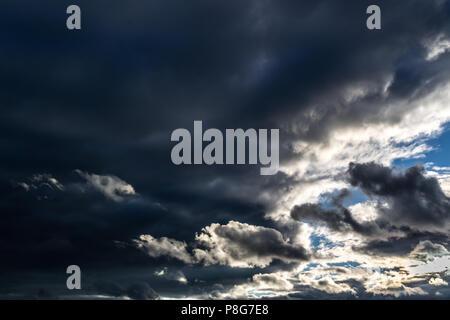 Des nuages de pluie avec un ciel bleu gap. Banque D'Images