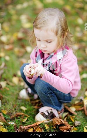 Drôle de petite fille jouant avec des feuilles d automne  Adorable girl  outdoors on beautiful autumn day Banque D Images dc763229611