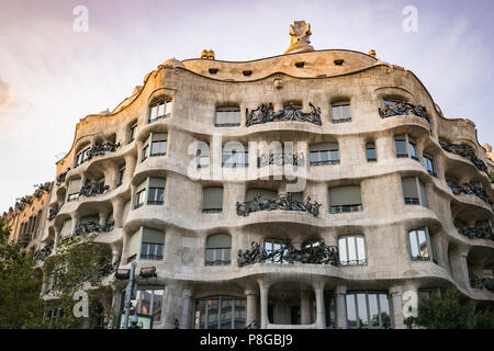 Les vagues et les bâtiment sculptural détails de la Pedrera, Casa Mila à Barcelone, Espagne. L'architecture ouvragée, vue de dessous au coucher du soleil, les couleurs sont éclatantes.