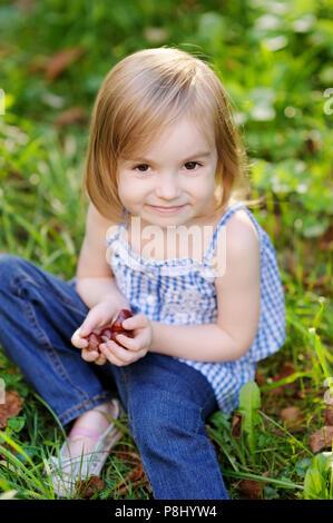 Adorable girl outdoors on beautiful autumn day Banque D Images Adorable  girl outdoors on beautiful autumn day  Drôle de petite fille jouant avec  des ... 1e93e54c683