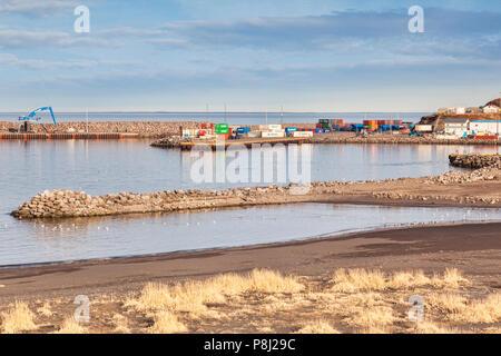 13 avril 2018: Husavik, Nord de l'Islande - Voyage conteneurs empilés à l'Islande du Nord port de Husavik. Banque D'Images