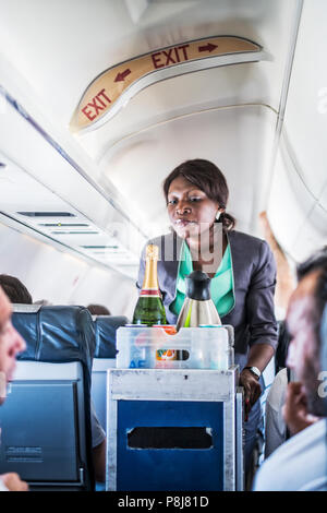 LUANDA/Angola - 17 MAI 2018 - hôtesse de l'Afrique servant dans l'avion Banque D'Images