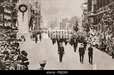 Un défilé militaire au cénotaphe monument dévoilé par le roi George V le 11 novembre 1920, le deuxième anniversaire de l'Armistice avec l'Allemagne qui a mis fin à la Première Guerre mondiale. La cérémonie de dévoilement était partie d'une grande procession portant le soldat inconnu pour être déposé dans sa tombe à proximité de l'abbaye de Westminster. Le cortège funèbre adopté le cénotaphe, conçu par Edwin Lutyens, où le roi d'attente a déposé une couronne sur l'arme du soldat inconnu-élévateur avant de procéder au dévoilement du monument qui était drapé dans une grande Union. Banque D'Images