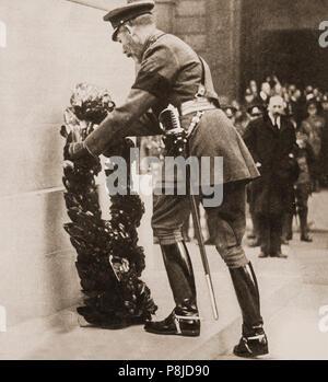 Le Cénotaphe War Memorial a été dévoilée par le roi George V le 11 novembre 1920, le deuxième anniversaire de l'Armistice avec l'Allemagne qui a mis fin à la Première Guerre mondiale. La cérémonie de dévoilement était partie d'une grande procession portant le soldat inconnu pour être déposé dans sa tombe à proximité de l'abbaye de Westminster. Le cortège funèbre adopté le cénotaphe, conçu par Edwin Lutyens, où le roi d'attente a déposé une couronne sur l'arme du soldat inconnu-élévateur avant de procéder au dévoilement du monument qui était drapé dans une grande Union européenne Banque D'Images