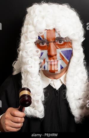 Portrait de l'homme avocat anglais peint avec British Union Jack flag juge holding gavel sur noir Banque D'Images