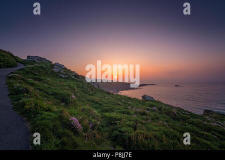 Sentier de randonnée le long de la côte de Cornouailles au coucher du soleil, St Ives, Cornwall, Angleterre Banque D'Images
