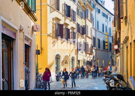 ROME, ITALIE - NOV 01, 2016: les gens marcher sur rue de la vieille ville de Rome. Rome est la 3ème ville la plus visitée de l'UE, après Londres et Paris, et réc