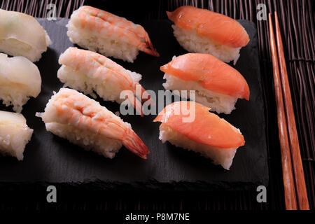 Cuisine japonaise Sushi platter baguettes Banque D'Images