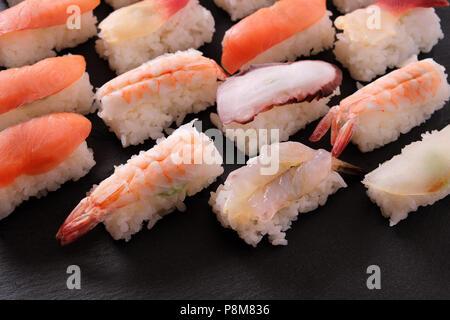 Cuisine japonaise Sushi platter assortiment Banque D'Images