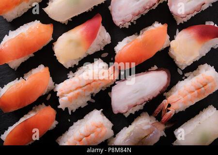 Plateau de sushis japonais divers Banque D'Images