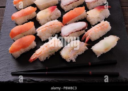 Plateau de sushis japonais différents avec des baguettes Banque D'Images