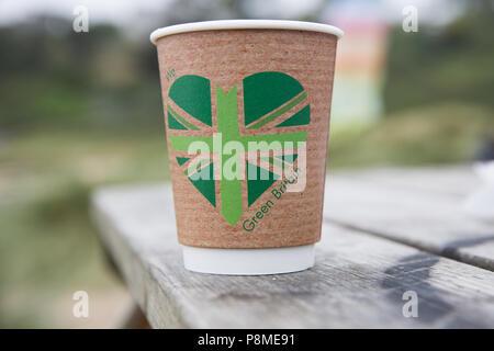 Un produit biodégradable et écologique la tasse de café à usage unique avec un message imprimé vert pour dire que nous aimons la Grande Bretagne Banque D'Images