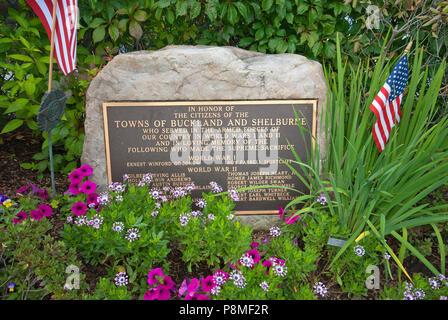 Pierre commémorative pour les soldats morts dans les guerres mondiales I et II, pont de fleurs, de Shelburne Falls, Comté de Franklin, Massachusetts, USA