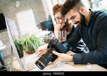 Deux jeunes designers working in modern office Banque D'Images