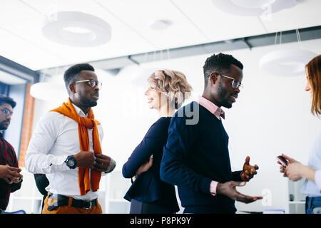 Les jeunes gens multiraciale énergique font un salon de coiffure dans le studio Banque D'Images