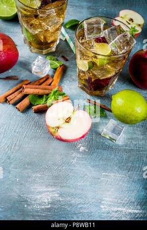 La cannelle épicée ou la Limonade Thé glacé apple cocktail, un rafraîchissement d'été, sur fond bleu copy space Banque D'Images