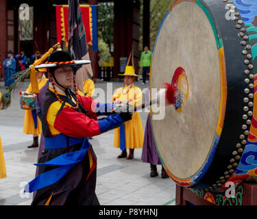 Des soldats de la Garde Royale au niveau d'un changement de la garde au palais Deoksugung à Séoul, Corée du Sud Banque D'Images