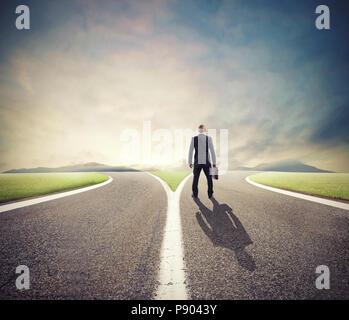 Businessman en face d'un carrefour doit sélectionner la bonne manière Banque D'Images